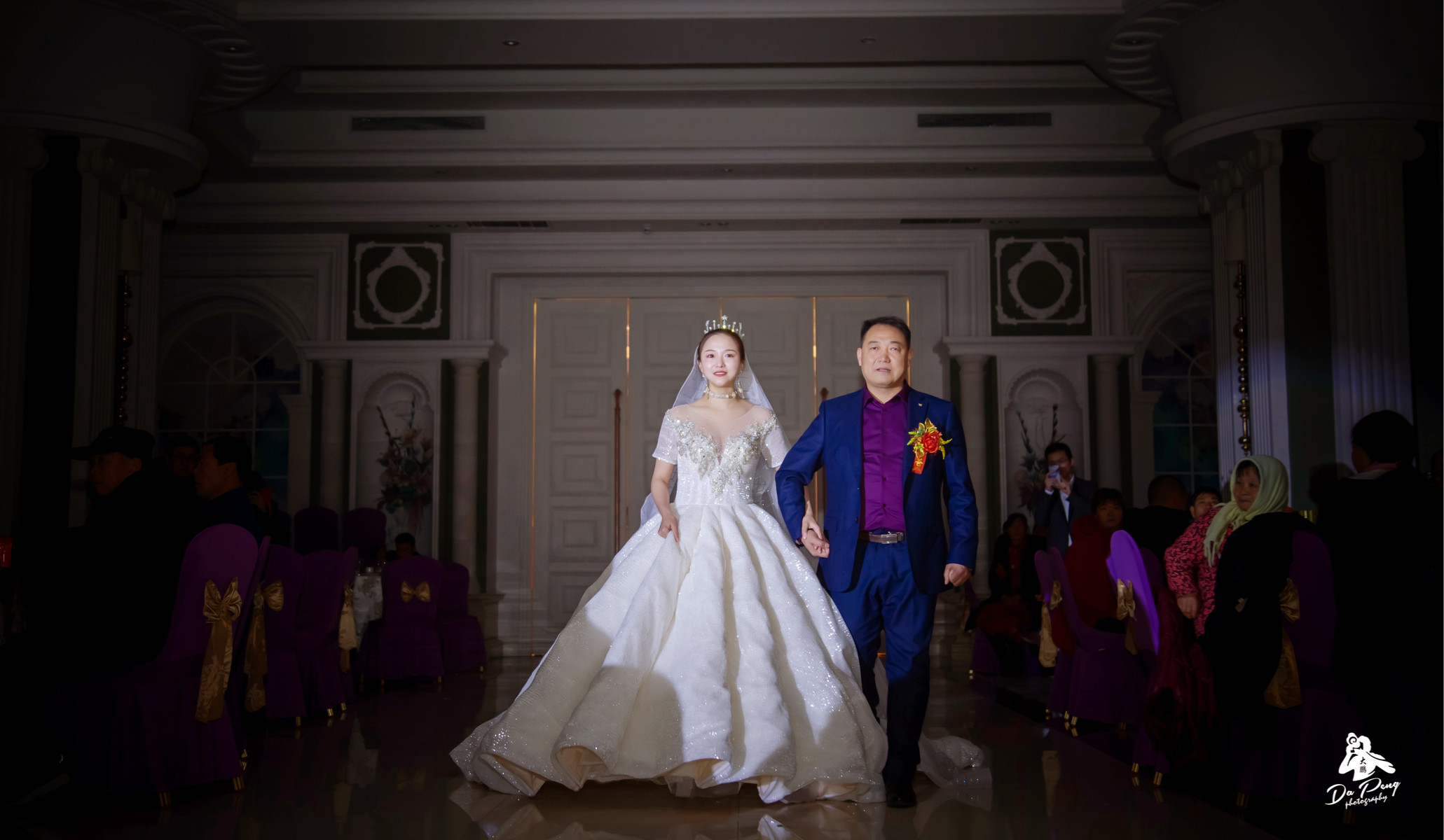 一位名叫思思的南方姑娘, 在这个满天飞雪的日子里嫁给了爱情! 室外冰天雪地、室内暖暖情意…